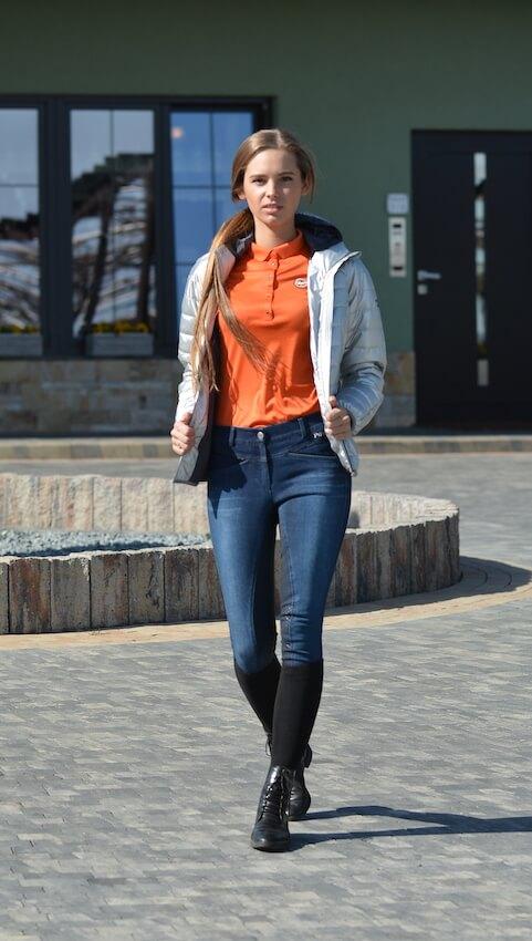 Jezdziec w bryczesach jeansowych