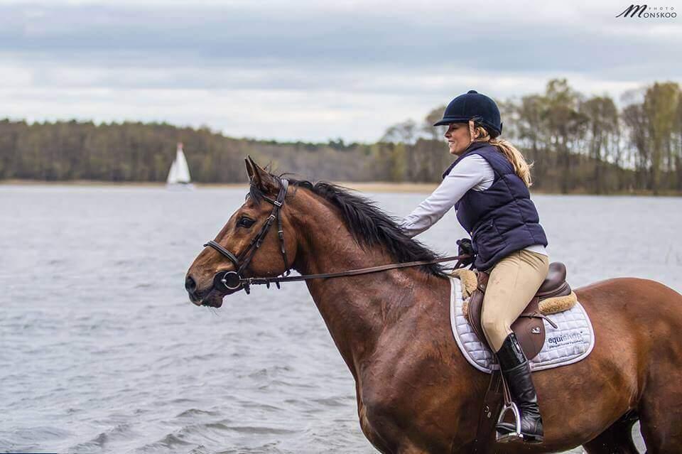 Karolina Ferenstein-Kraśko podczas pławienia koni